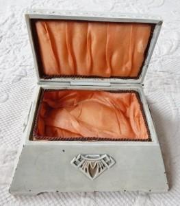 Benedict Oriental Ivory 1709 5x5.5x2.25h open
